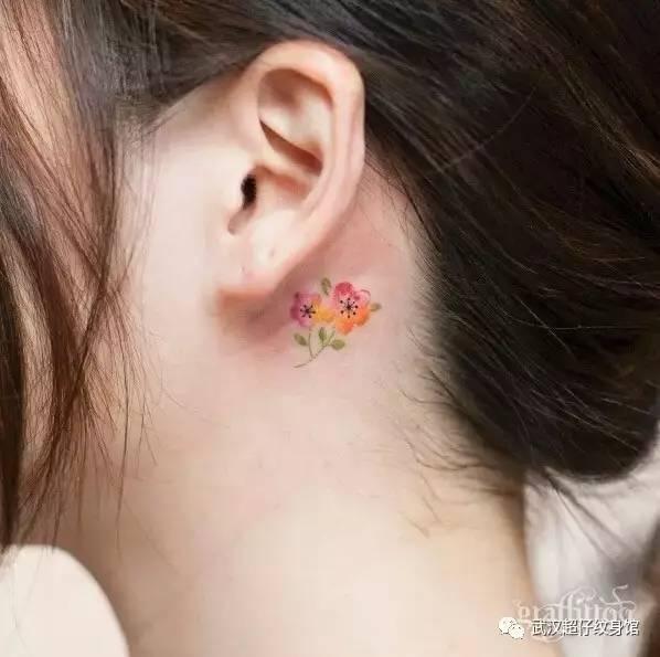 的花卉纹身很有水粉画的感觉哦!  即使只是一颗简单的樱花树也极有