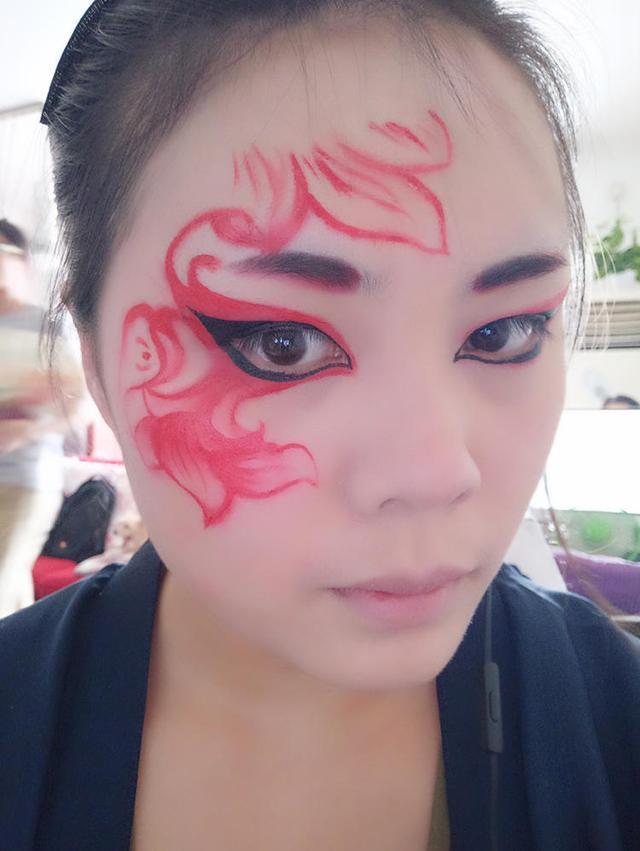 8,红色的油彩加深花纹以及眼影的边缘