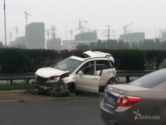 g2京沪高速济南东收费站附近 发生一起重大交通事故 一辆大货车先后