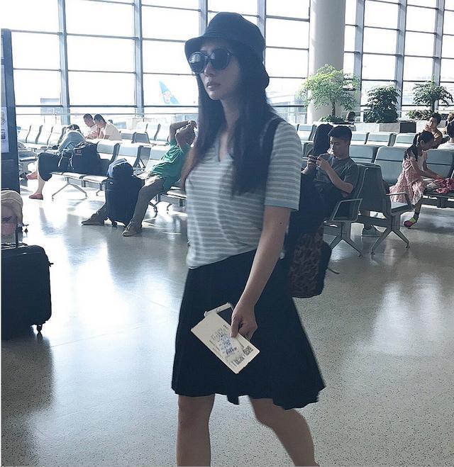 柳岩素颜现身机场,条纹衫配黑色短裙衣品掉线