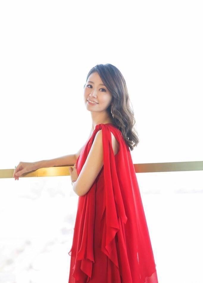 林心如一袭斜肩红色长裙知性优雅,但这样有个缺点图片