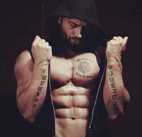 每个肌肉男都不是天生的,拉扎尔也一样,为此他付出了很多努力.