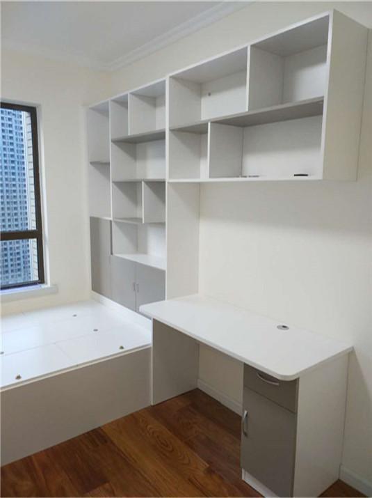 书柜旁边是书桌,电脑桌