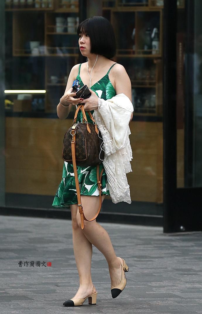 大视野|街拍:内衣外穿美女穿出驼峰范儿的殿堂吊带美女图片