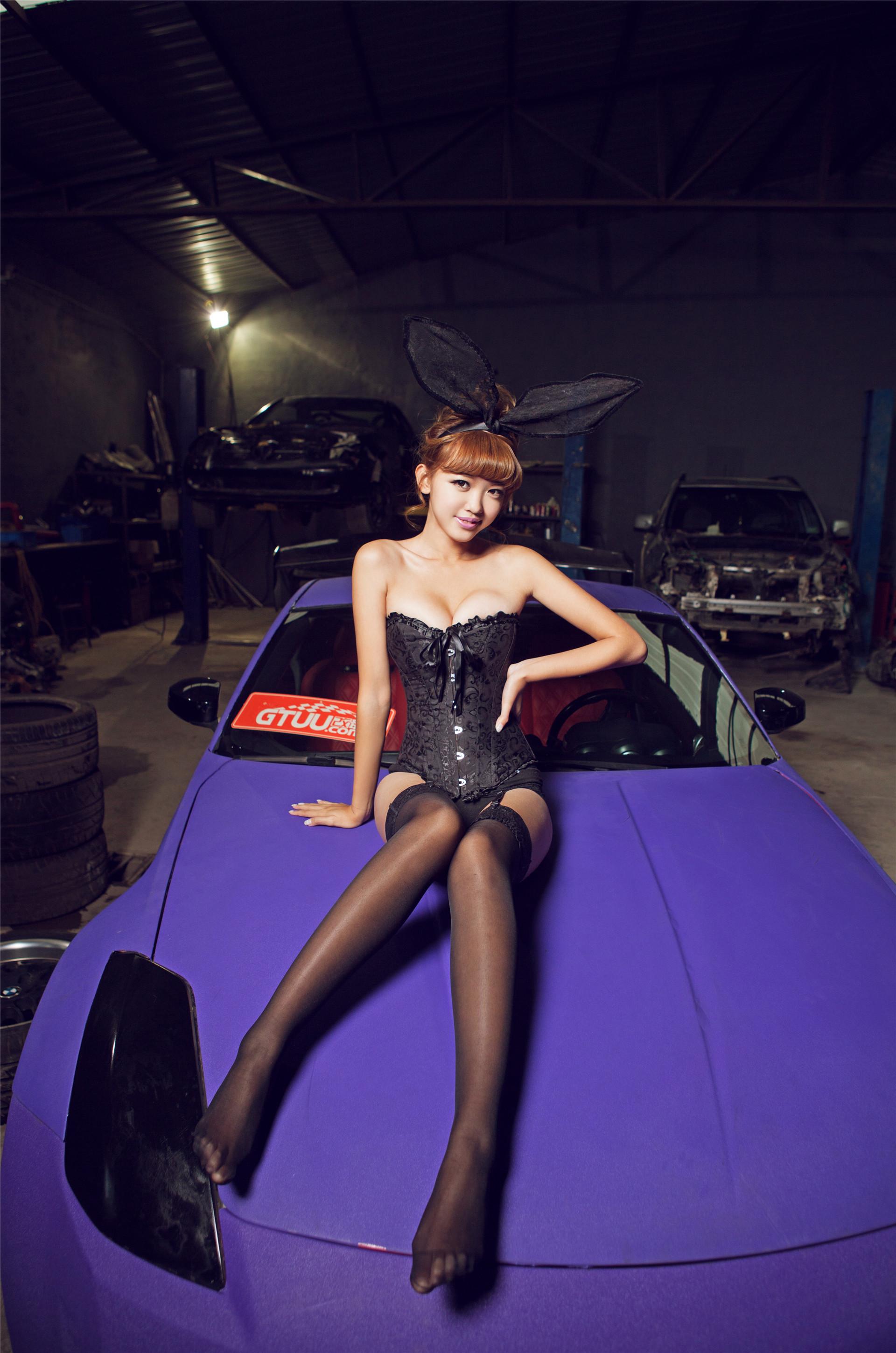 其身着极具诱惑力的兔女郎装扮,微微凸显的傲乳,性感的黑色丝袜,诱惑