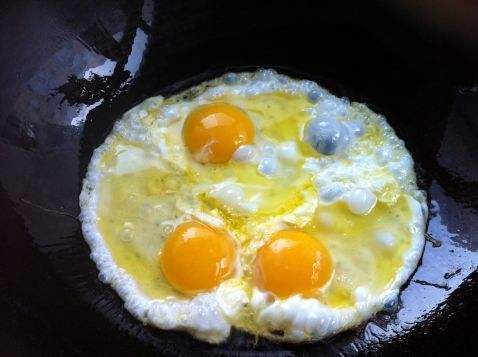 因为在煎鸡蛋和炸鸡蛋时,蛋被油包住,高温的油还可使部分蛋白焦糊
