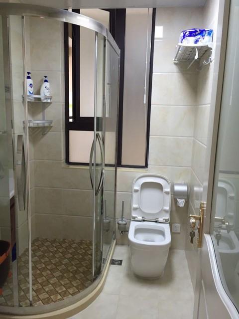 卫生间太小,装上这种转角玻璃门,照样干湿分离!