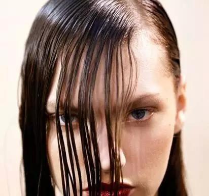 夏季头发扁塌还贴头皮?三招教你变蓬松
