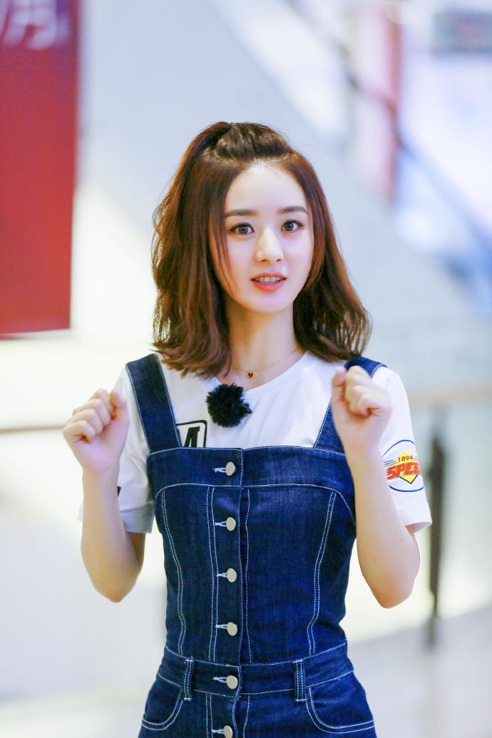 赵丽颖白t搭配背带牛仔裤少女感十足