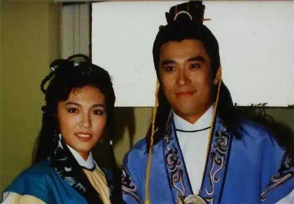 淫老婆影院_何英伟的老婆吴咏红也是一位演员,曾参演过《大时代》,是那个怕事的