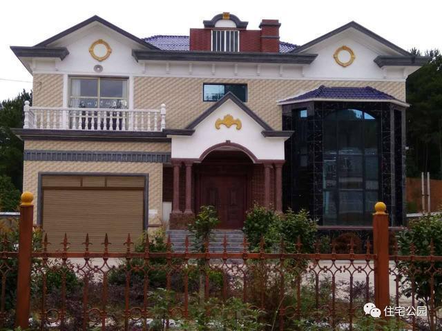 正文  建成实拍图:典型的欧式农村小别墅沿用经典的尖顶,拱形门头,梁
