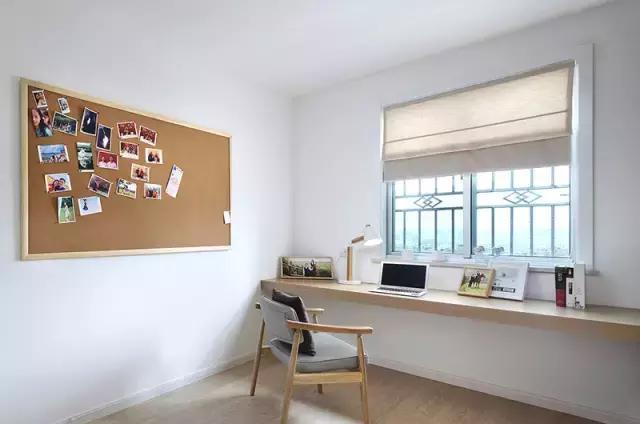 书房设计了一个内嵌式的书桌,靠窗的位置,视野开阔,还有照片墙作为图片