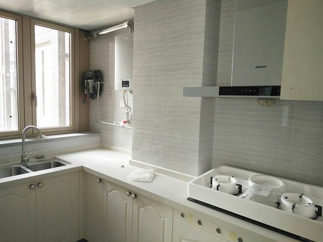 厨房和生活阳台打通,增加了实际使用面积.