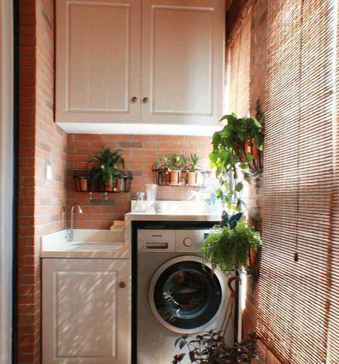 现在很多家庭装修都开始把洗衣机放在阳台上,不仅可以把卫