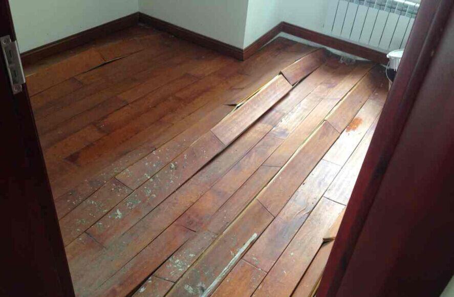 二手房改造旧地板别再翻新,直接铺架pvc地板就好
