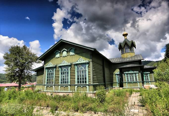 如果说前面家家户户的小木屋还不算真正的俄式建筑,那么这个东正教堂图片