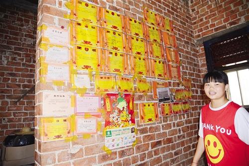 贫困姐妹花拼学习 家里奖状贴满墙图片