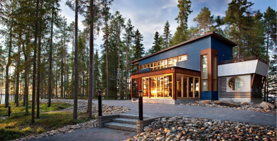 和传统的芬兰小木屋相比现代化,同时,与大自然的融合让我们在这住得