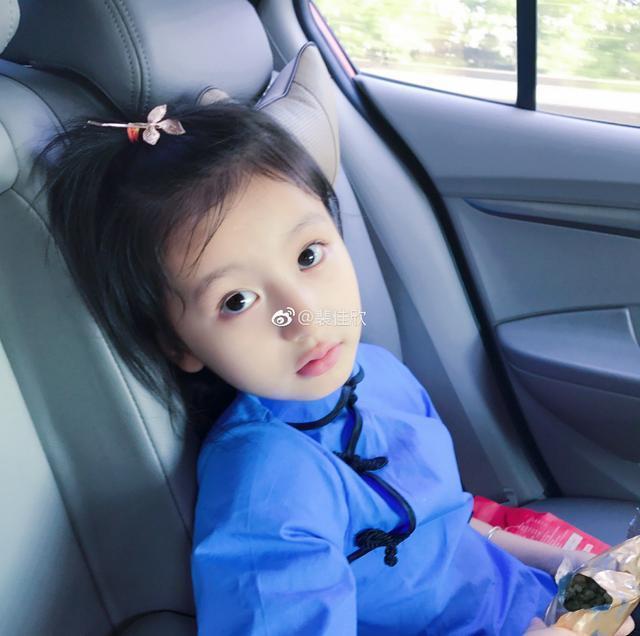 裴佳欣:王思聪关注的最小网红,被这8岁小童模秒撩