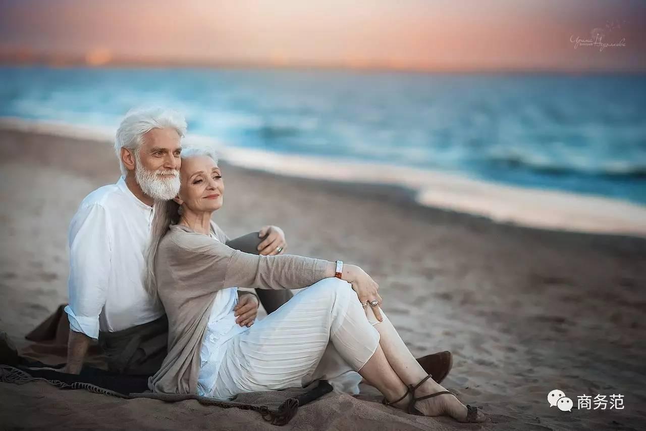 怎样贴假睫��!��-_刷爆的老年情侣照,其实是摆拍,模特互不相识_搜狐时尚_搜狐网