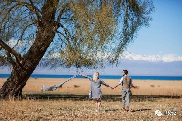 刷爆朋友圈的老年情侣照其实是摆拍,两位老模特互不相识 - 格格 - 格格的博客