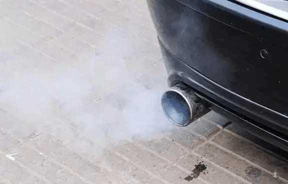 汽车排气管滴水, 你还以为是好现象高清图片