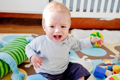 母婴 正文  轻摇宝宝 轻轻拍打宝宝身体各部位 把宝宝用衣物包裹好