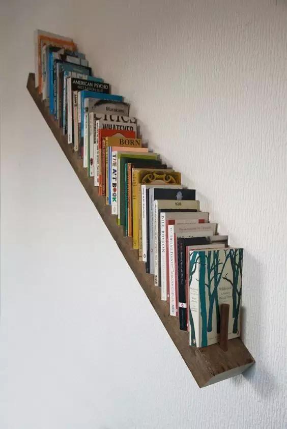"""巧用四四方方的木头条做成简单的""""相框"""",45倾斜粘在墙壁之上,放上书籍"""