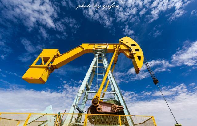 中国西部荒凉的戈壁滩上,遇见世界海拔最高的油井图片
