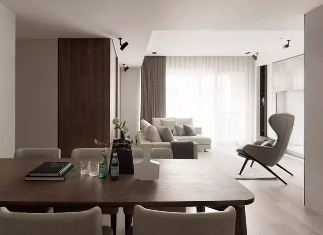 正文  客厅整个空间色调统一协调,主要运用了浅咖色沙发和浅色木地板