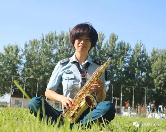 如今萨克斯就是我的第二武器,我用心吹奏着每一首曲目,时刻与五线谱