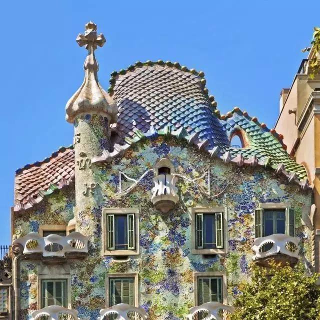 西班牙「米拉公寓」,「奎尔公园」及「圣家堂」等建筑物等建筑物都是