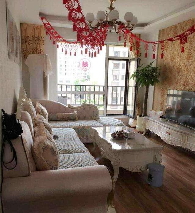客厅属于欧式的风格,从沙发到茶几再到电视柜都是一个系列的,看着很