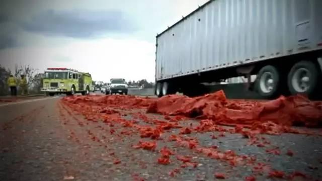 这是这些车祸中最恐怖的一个,满地的鲜红色让人误以为进入了