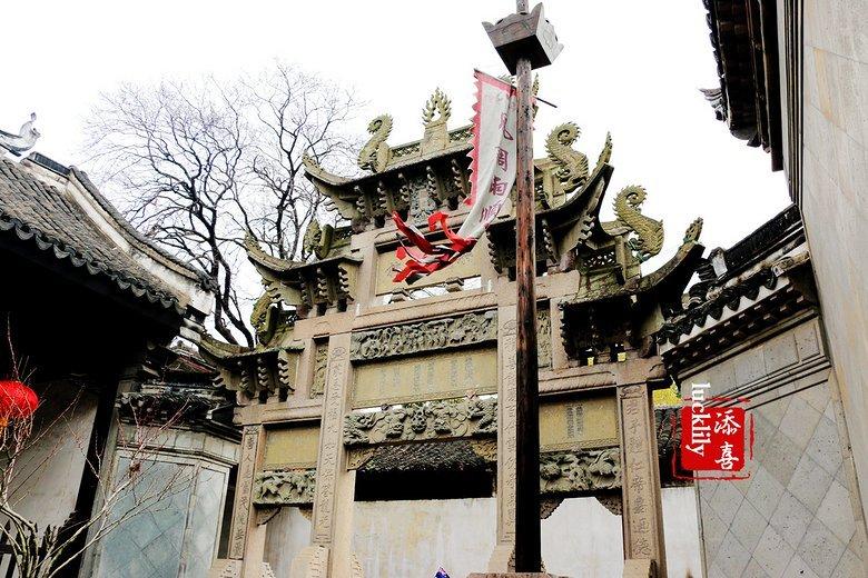 、江西等地发生水灾,刘镛出资30万两白银用来赈灾,于是皇帝赐建了