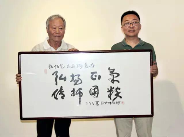 著名山水画家路怀中访问伍佰艺书画网并赠送匾额