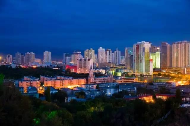 """新疆的"""" 厦门路""""位于乌鲁木齐新市区."""