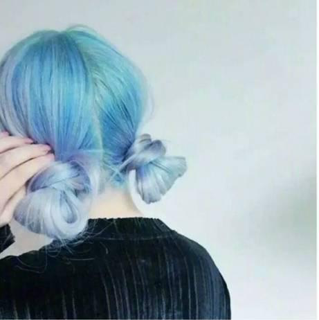 当新长出来一截黑发的时候,跟金色系的头发接在一起会显出很大的色差