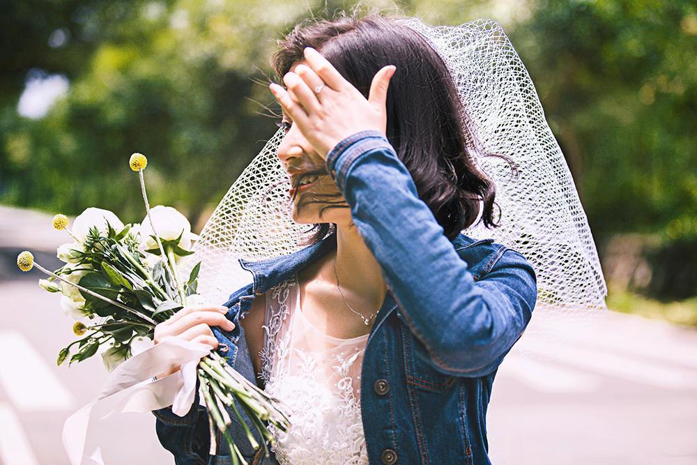 大马路上拍婚纱照,看一对新人的