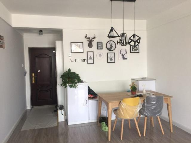 客厅,没有复杂的吊顶和各种灯具灯带,就是简单刷白,配上简约北欧家具图片