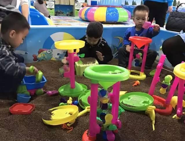 海豚湾 儿童乐园 周五特色课堂 在游戏中学习 每周五特邀新爱婴早教现场施教 成为海豚湾的特色课堂 绘本朗读、手工、画画、互动游戏 兴趣永远是最好的老师 引领孩子们在游戏中学习 阅读日、手工日、DIY课程 生活角色扮演 我们更懂孩子的成长