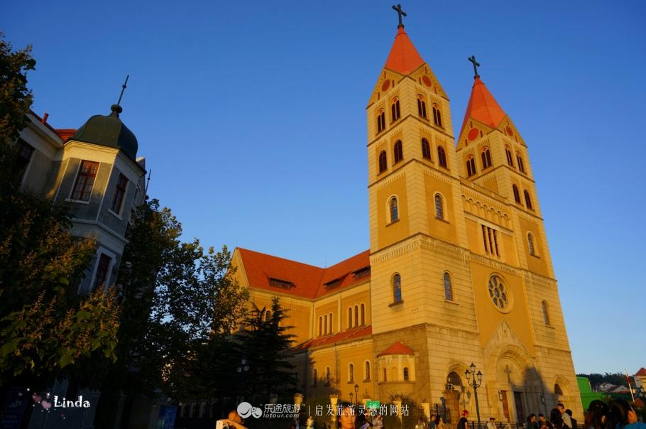本名圣弥厄尔教堂,由德国设计师毕娄哈依据哥德式和罗马式建筑风格而图片