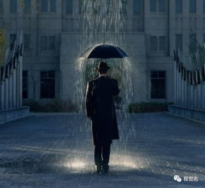 强者   是在逆境中成长   在雨中含泪奔跑的人   曾经看过一个真实的视频,在一次跳箱考试中,一位小个子男孩,面对远远高于自己的跳箱,他一次次助跑,一次次失败,在老师同学的眼中,他或许成为班里第一个不及格的人.