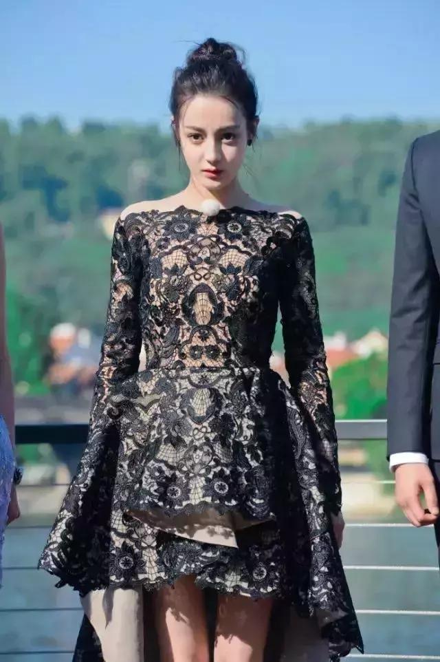 时尚 正文  对比angelababy的造型而言,迪丽热巴的这套服装还好,但图片