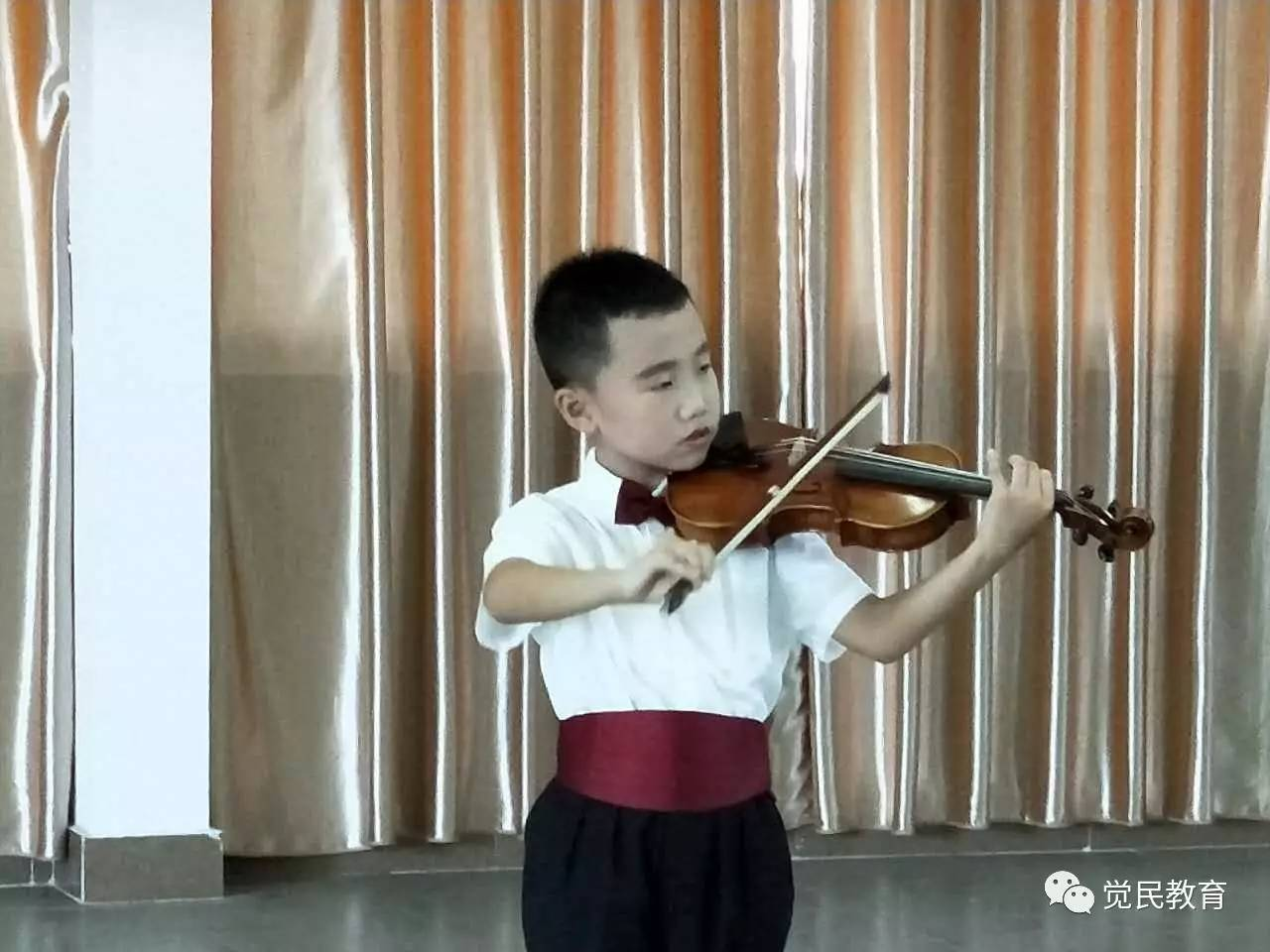 梁春梅主任,钟小霞老师带领孩子参观根雕艺术馆