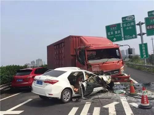 """昨天!乐山南高速发生惨烈车祸,货车疑""""飞越""""绿化带撞2"""