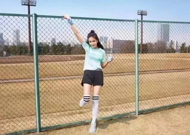 一双4千多块的袜子,张碧晨穿上腿玩年,张天爱看得人好尴尬啊!