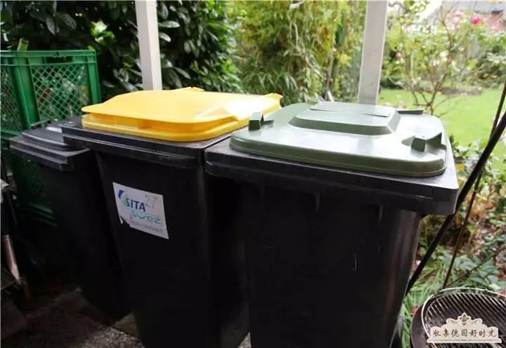 大多家庭的小垃圾桶都是密装在整体厨房组柜水池下面的柜子里,拉开图片