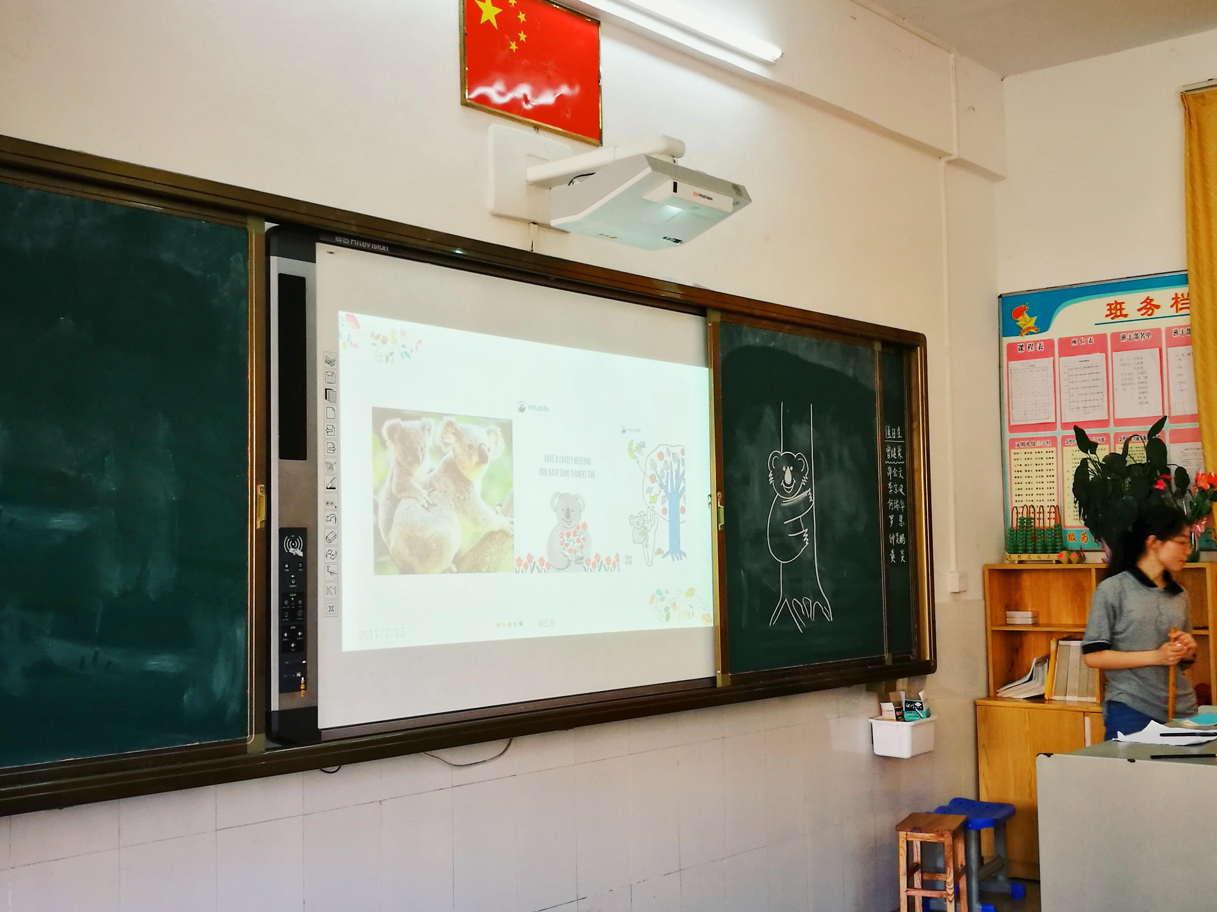 """学习""""考拉简笔画""""   上课前,感觉到自己的肠胃被紧张的情绪揪在了一起,但是当我走进教室,看到一个个学生的小脸儿时,紧张的情绪都烟消云散了,当我在黑板上一笔一划勾勒小动物的形象的时候,整个课堂很安静,看着每一个学生都认真地在画纸上描绘着附上自己的想象的图画"""