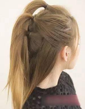 第二款 第一步:中长直发女生用梳子将头发梳理通顺之后,将头顶与侧边图片